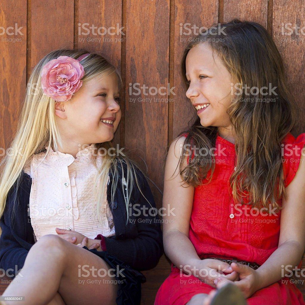 Deux amies avoir une conversation. photo libre de droits