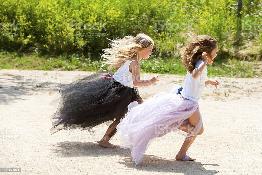 Deux filles courir ensemble dans le parc. photo libre de droits