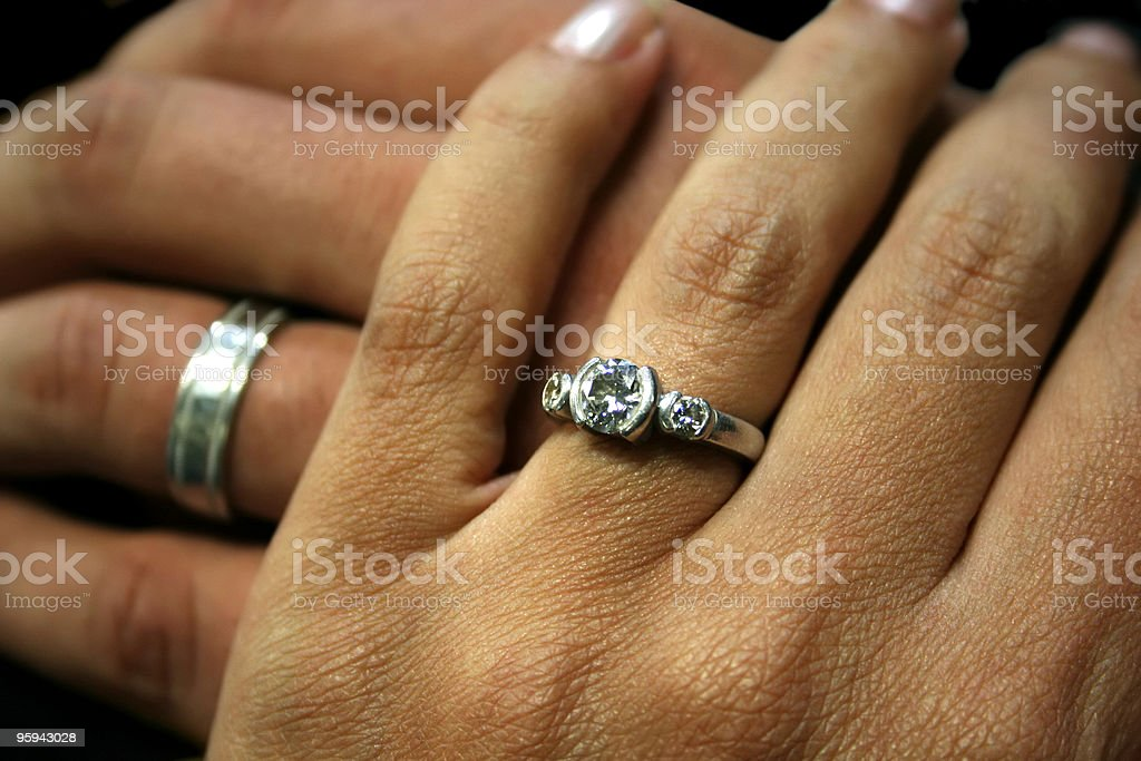 Deux mains avec Anneaux de mariage: Situation de famille Bliss photo libre de droits
