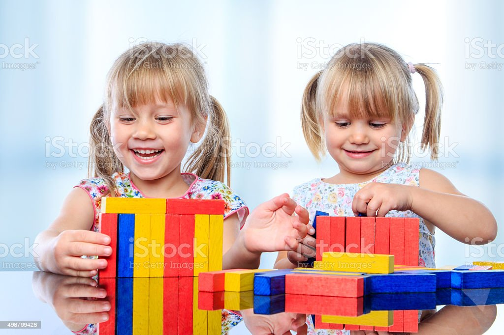 Deux enfants avec des blocs de construction en bois table. photo libre de droits