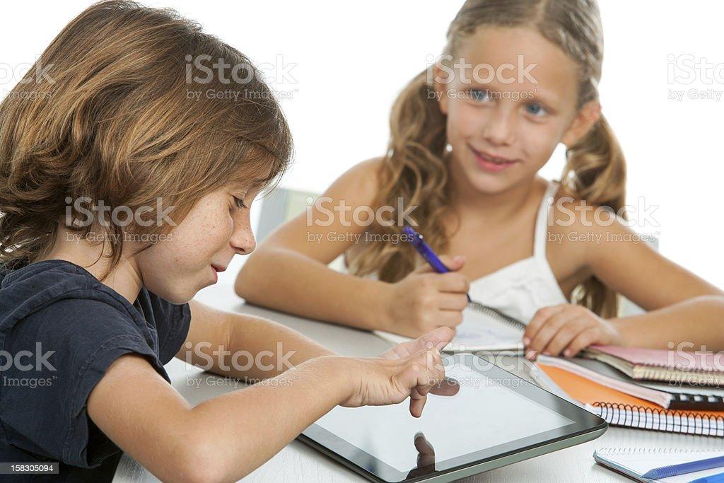 Deux enfants à faire leurs devoirs sur tablette numérique. photo libre de droits