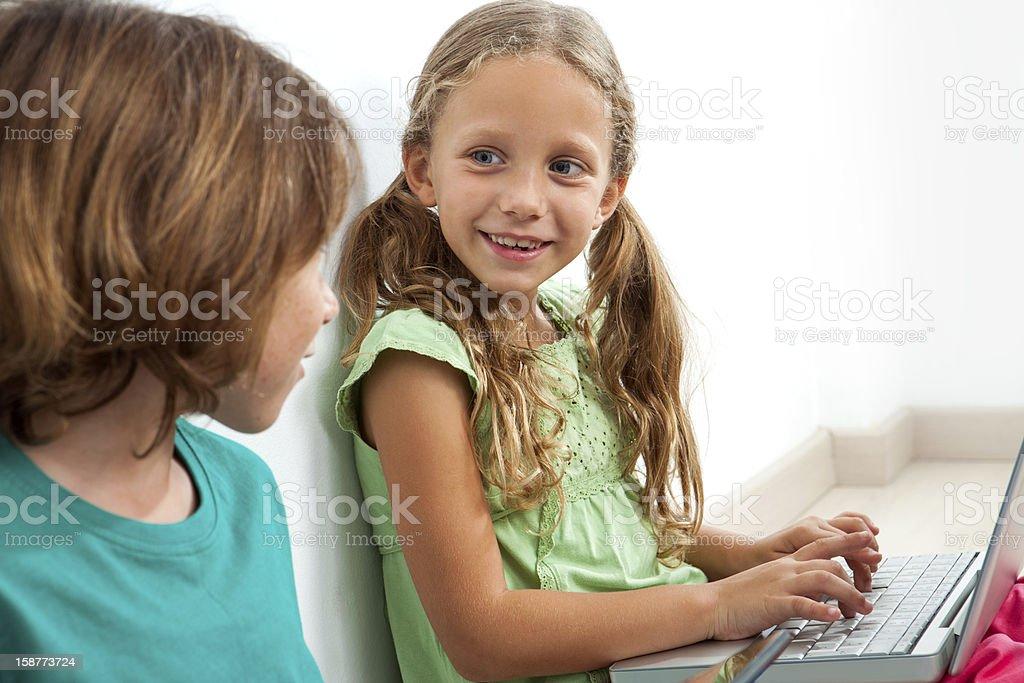 Deux enfants avec ordinateur portable. photo libre de droits