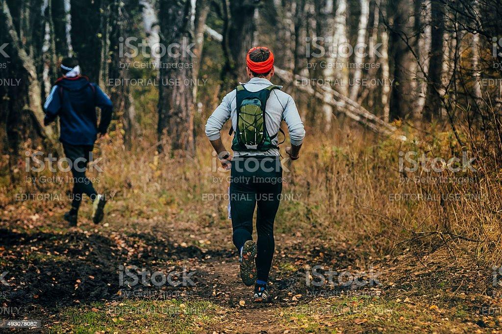 실행 중인 두 남성 통해 woods royalty-free 스톡 사진