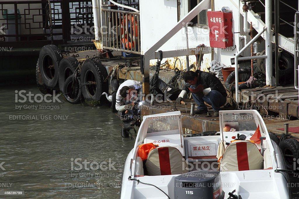 Due uomini che lavorano alla Lun del Dock, Xiamen foto stock royalty-free
