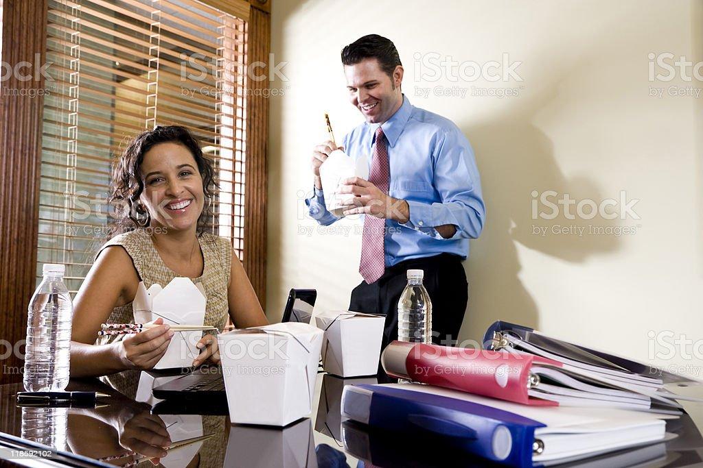 Dos trabajadores de oficina comiendo comida china mensaje de alimentos para el almuerzo foto de stock libre de derechos
