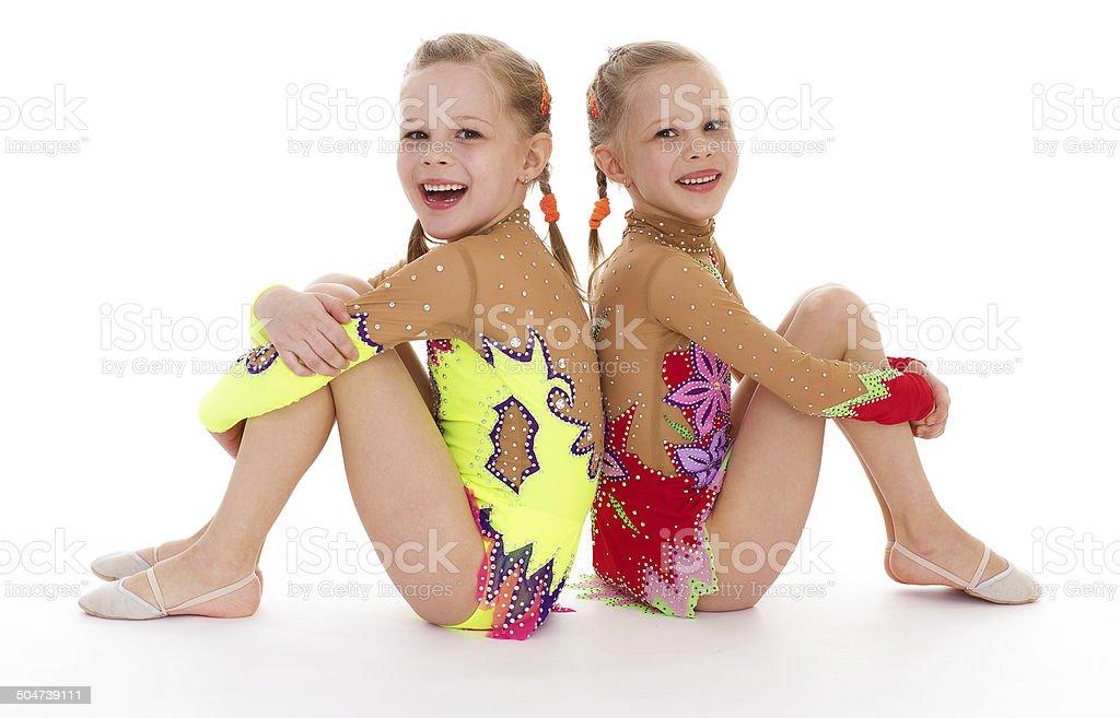 Deux jolie petite fille faisant gymnastique photo libre de droits
