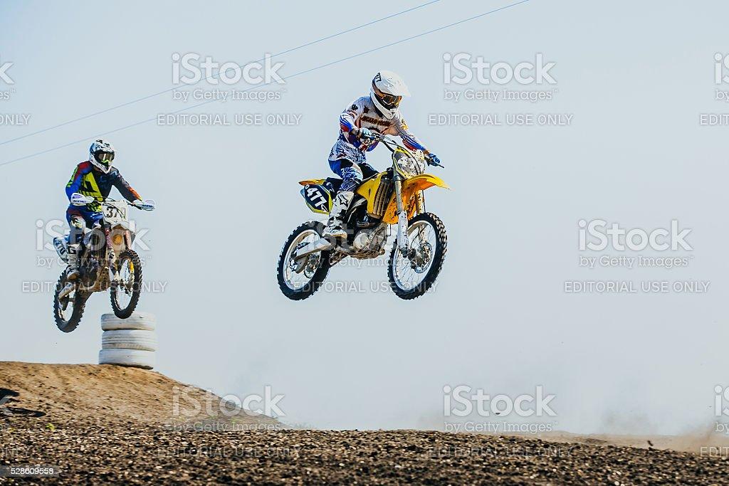 두 특약 오토바이에 점프 메트로폴리스 산 및 플라이에는 royalty-free 스톡 사진