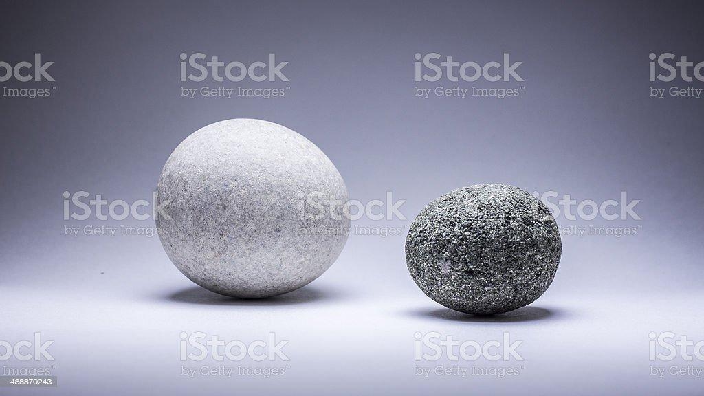 Zwei runden Steinen auf grauem Hintergrund. Lizenzfreies stock-foto