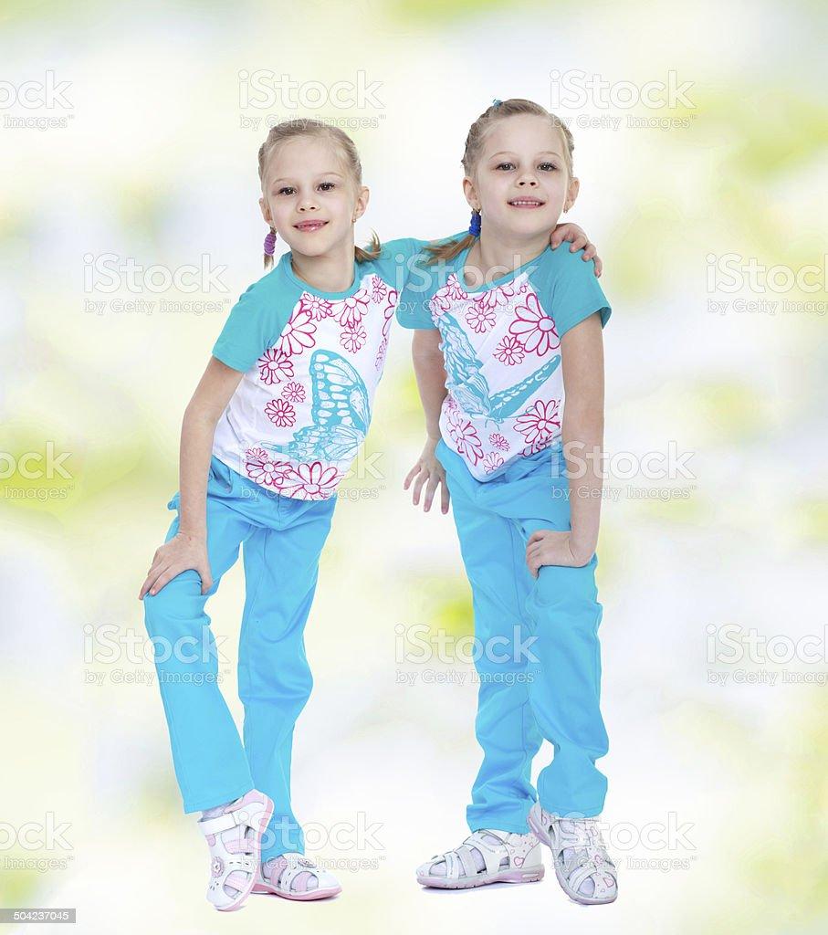 Deux Soeurs en costumes bleus de Jogging photo libre de droits
