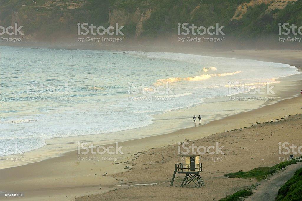 Deux surfeurs au lever du soleil photo libre de droits
