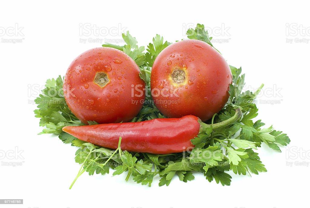 Dois tomates e vermelho Pimenta quente sobre alguns Salsa foto de stock royalty-free
