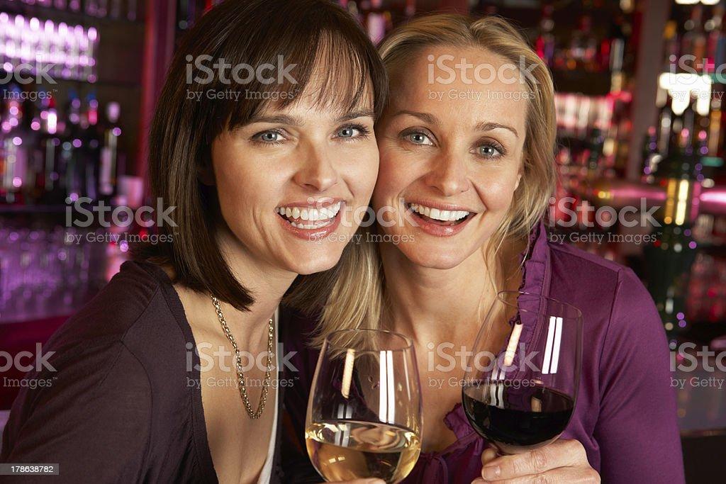 Две подруги сидят в баре