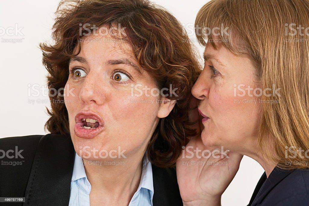 Deux femmes Chuchoter un secret photo libre de droits
