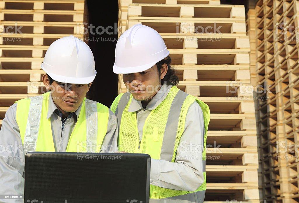 Zwei Arbeiter mit laptop Lizenzfreies stock-foto