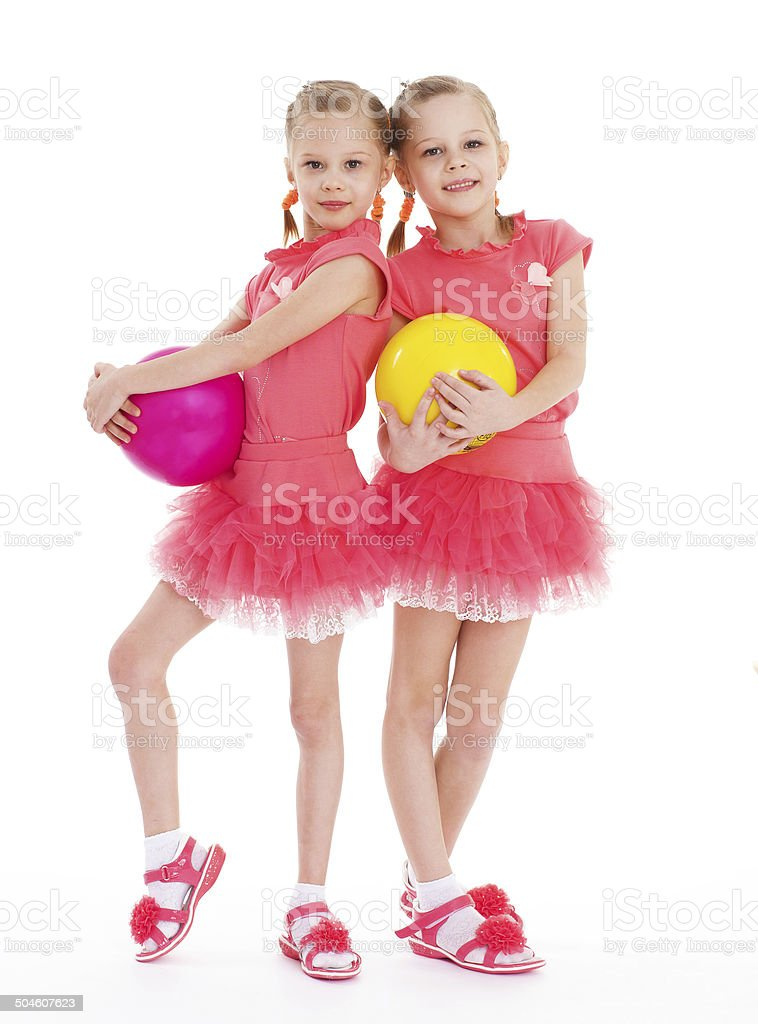 Deux jeune femme gymnaste avec des balles de sport. photo libre de droits