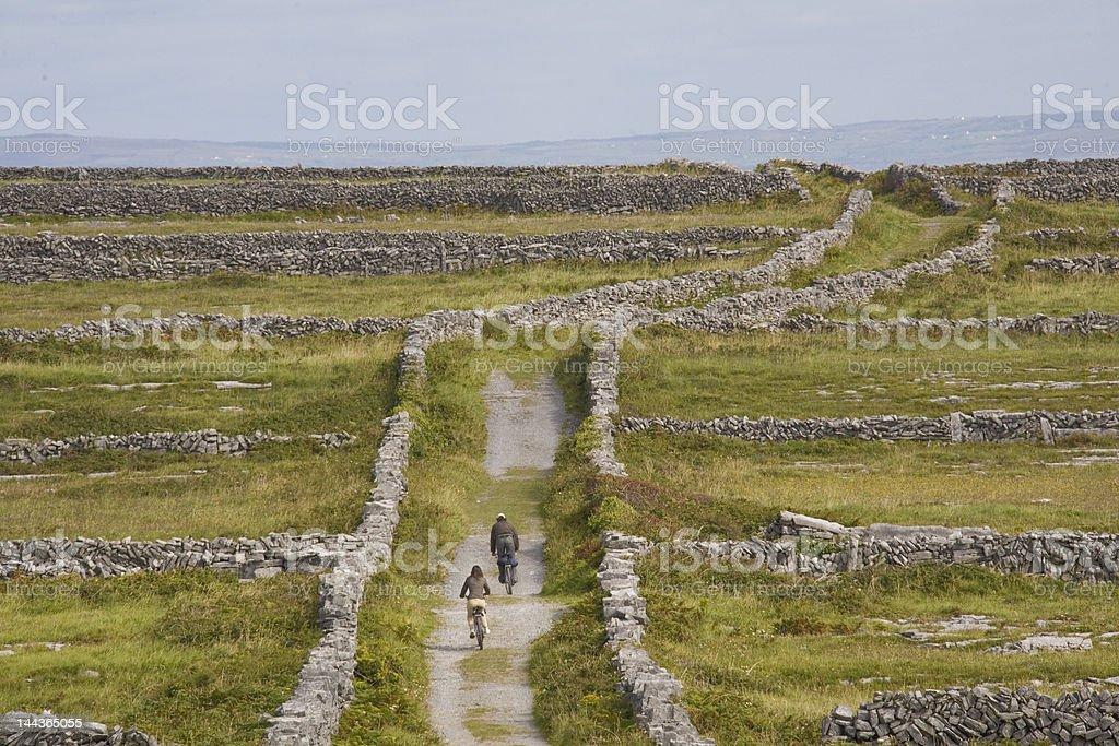 cycle de typiques sur Inis Mór, Îles d'Aran, en Irlande photo libre de droits