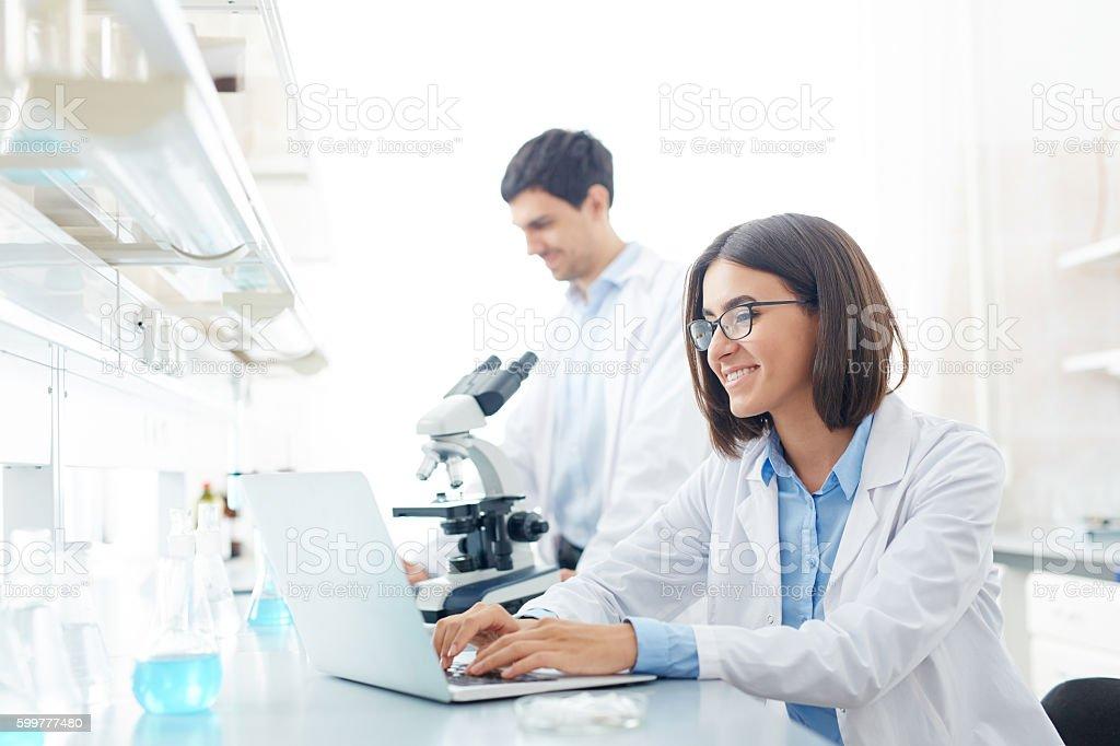 Typing in lab Lizenzfreies stock-foto