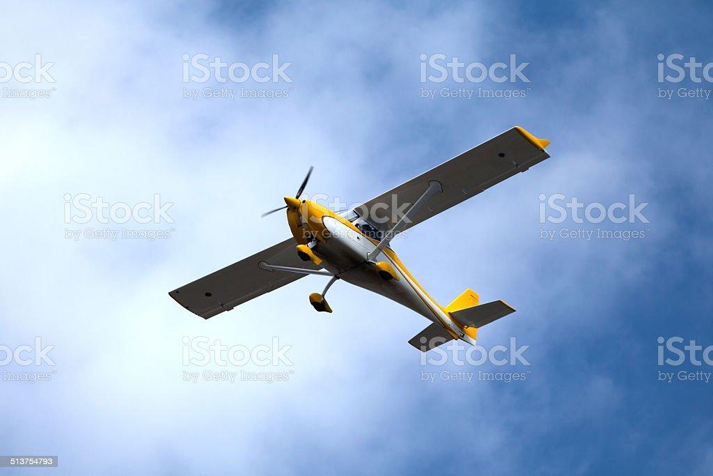 Ultraleichte Flugzeug fliegt – Foto