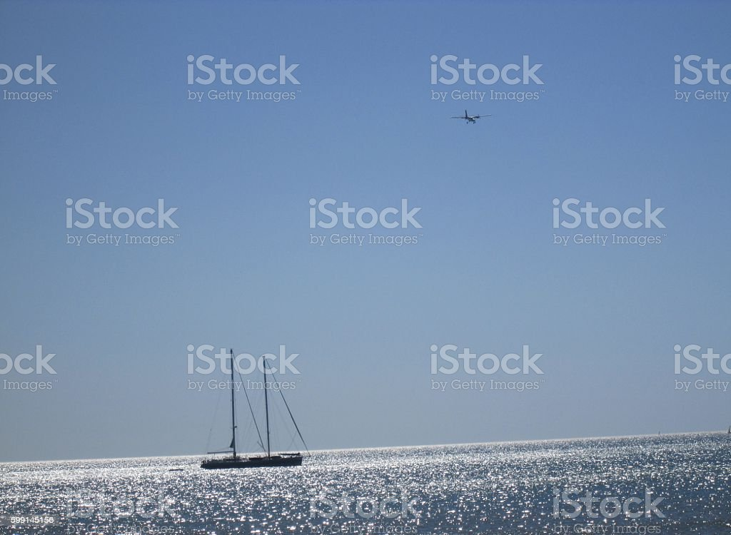Un avion et un bateau à l'horizon stock photo