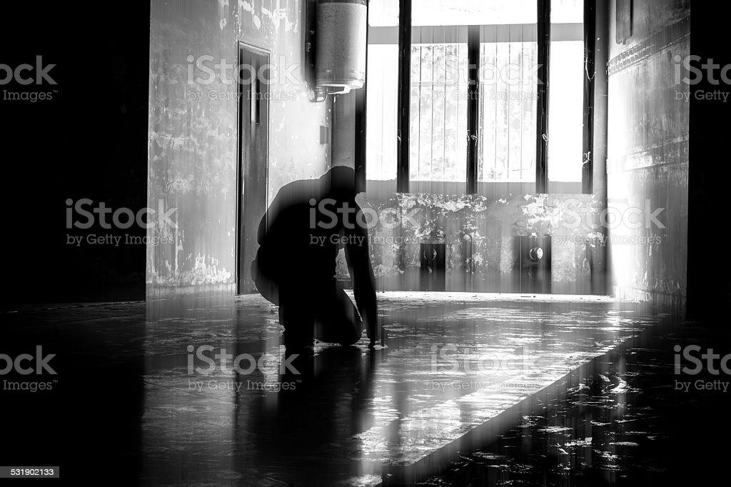 Un homme ? genoux au sol stock photo