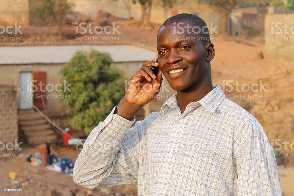 Un homme souriant au telephone stock photo