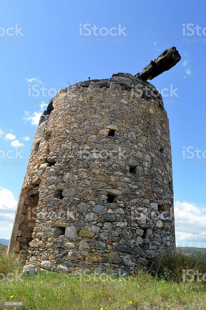 Un vieux moulin à vent. stock photo