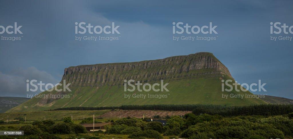 Una extraña montaña con forma de mesa en el paisaje rural de Irlanda stock photo