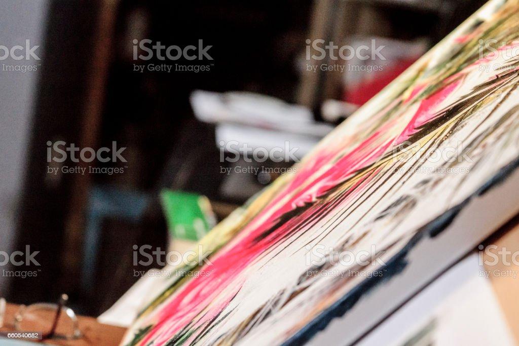 Une femme et son oeuvre. stock photo