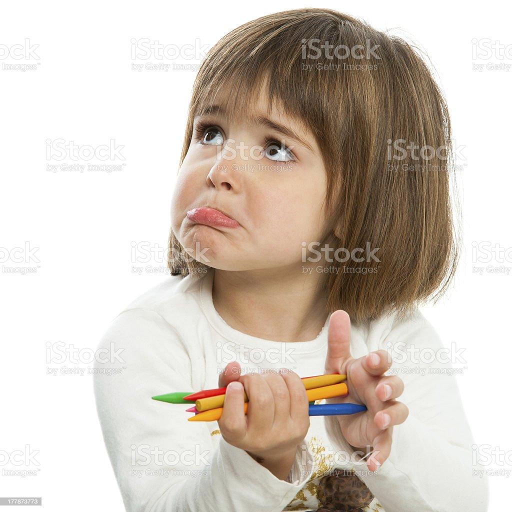 Malheureux petite fille avec des crayons de couleur. photo libre de droits
