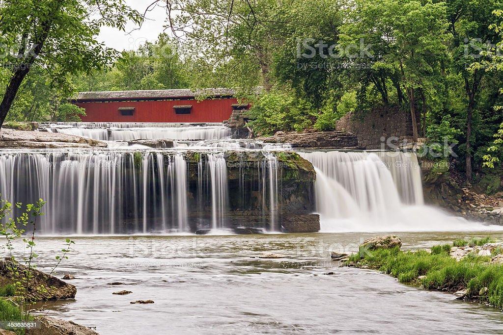 Tomaia cataratta Falls, Bridge e Mill rovine foto stock royalty-free