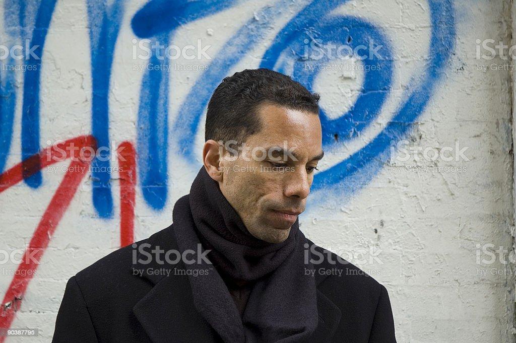 Uomo contro muro di graffiti urbani - 5 foto stock royalty-free