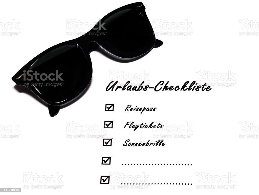 Urlaubs-Checkliste mit Sonnenbrille stock photo