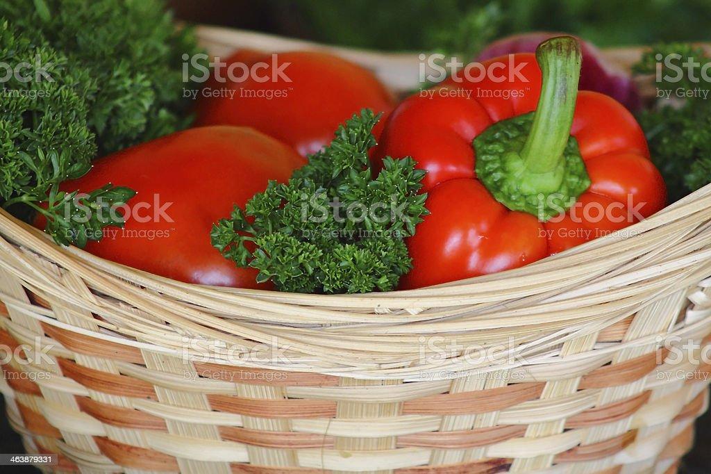 Verduras, pimiento en la cesta foto de stock libre de derechos