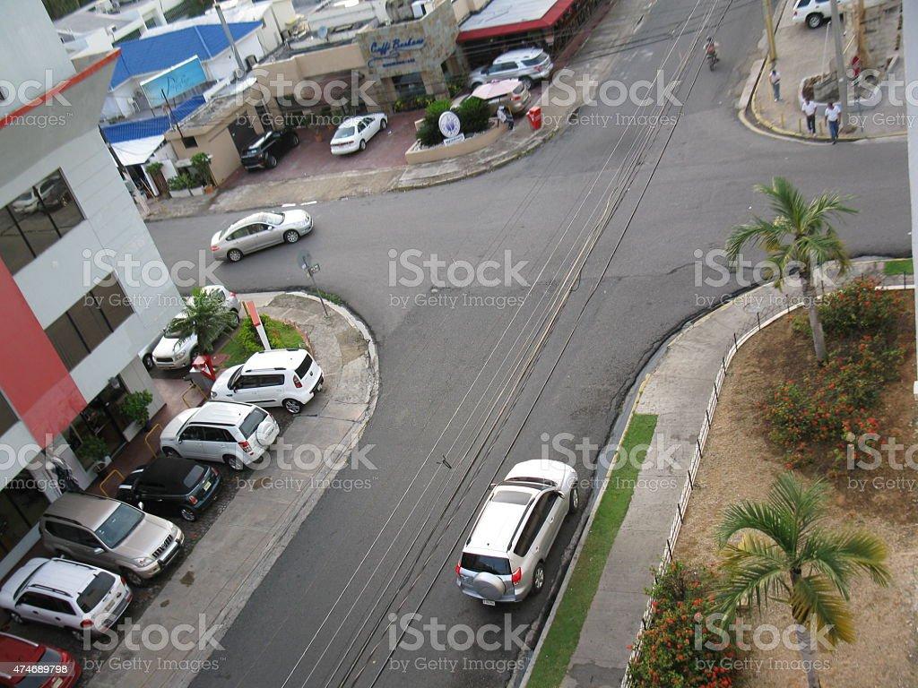 Veh?culos estacionados en una intersecci?n stock photo