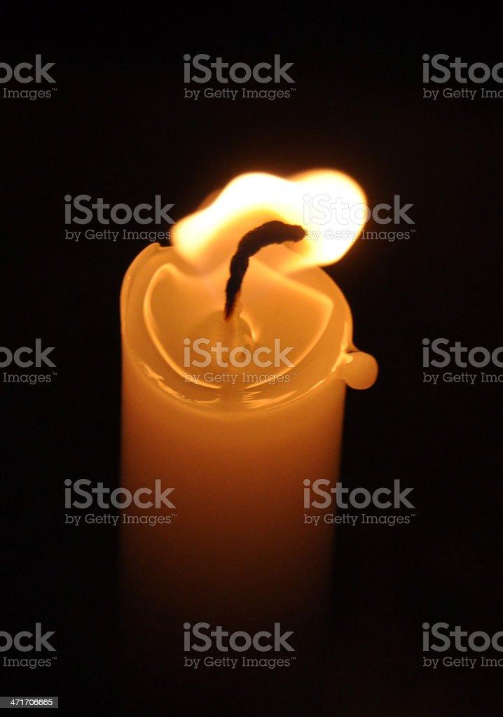 Vela en la oscuridad stock photo