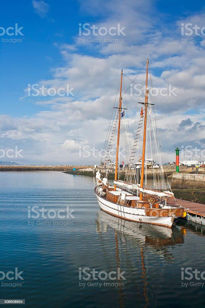 Velero en el puerto de Vilanova de Arousa stock photo