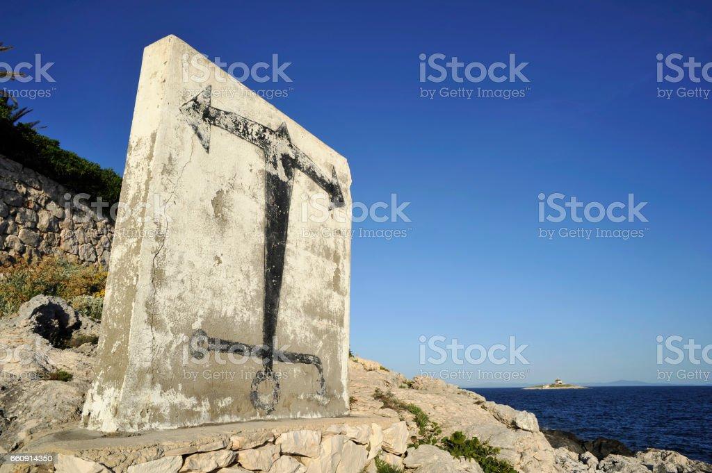 Verkehrter Anker an der Kueste vor Hvar mit Insel im Hintergrund stock photo