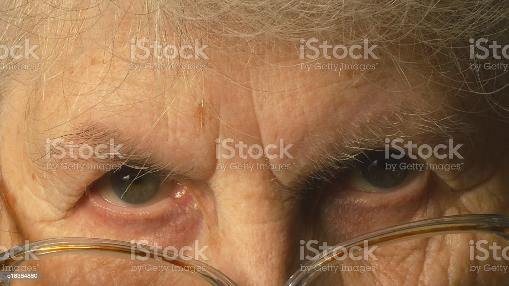 Mujer mirando muy foto de stock libre de derechos