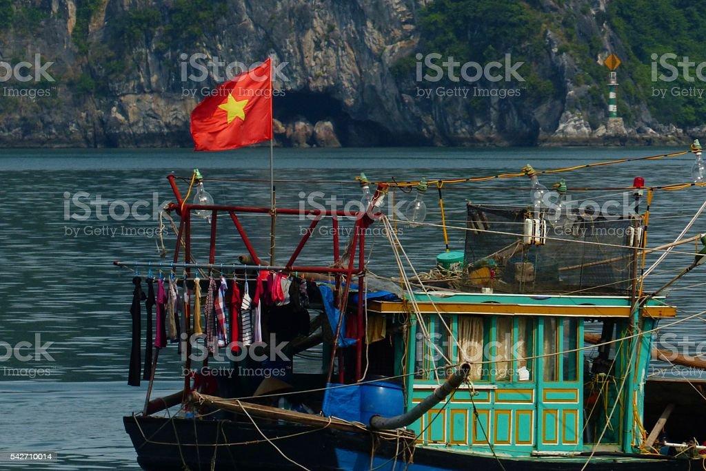 Vietnam- baie d'halong, bateau, pêche stock photo