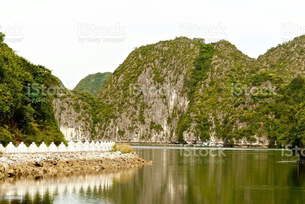 Vietnam- baie d'halong, Viet Hai, Cat Ba stock photo
