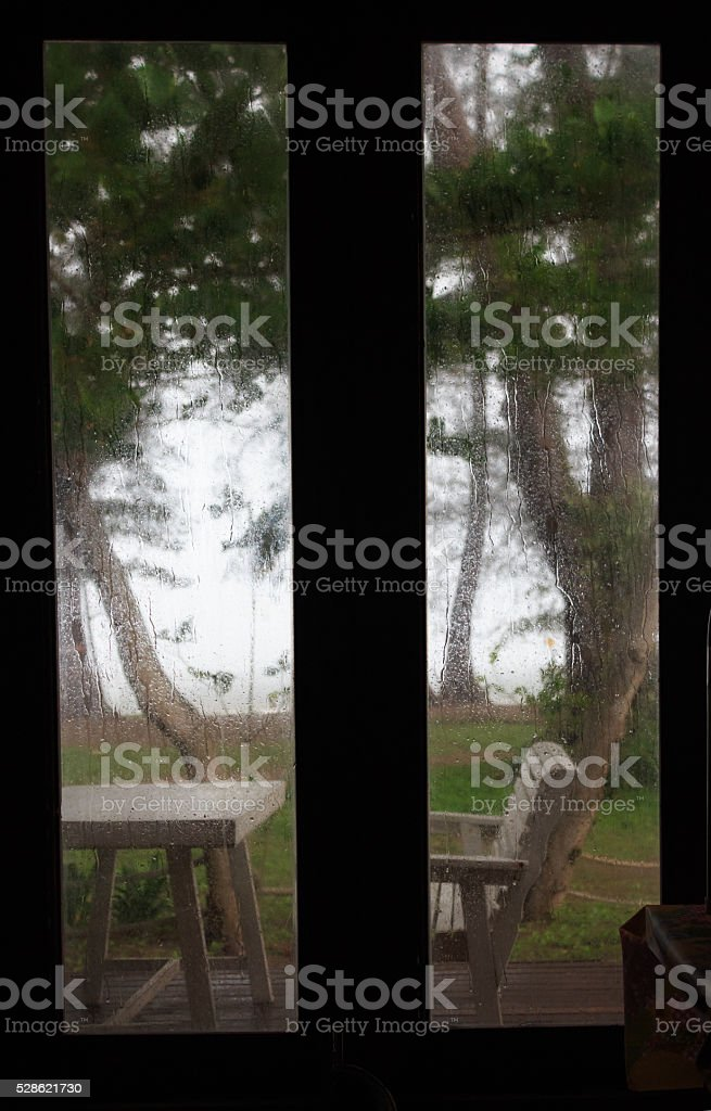 Вид из окна обрамляют Посмотреть тропический дождь в саду день Стоковые фото Стоковая фотография
