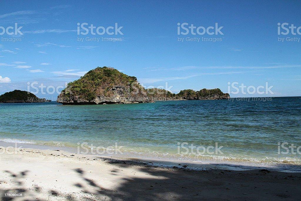 Vista di un'isola dalla spiaggia, Filippine foto stock royalty-free