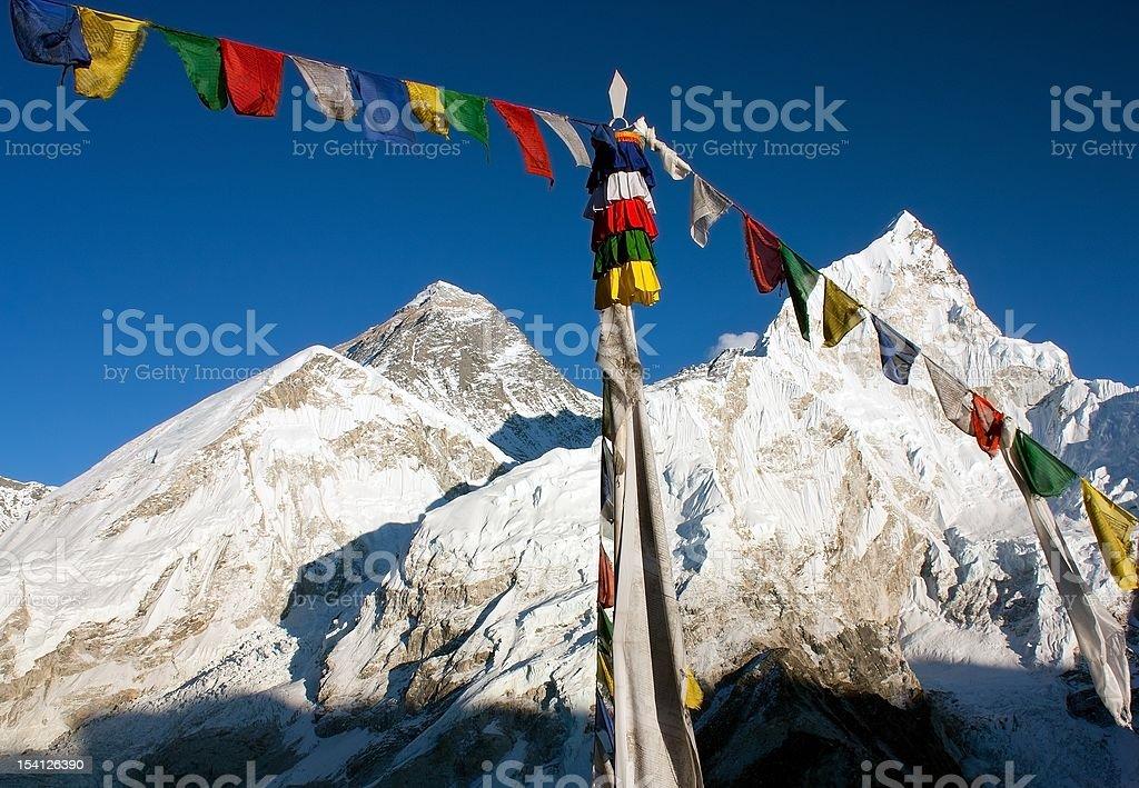 Vue de haut de l'Everest avec Drapeau de prière bouddhiste de kala patthar photo libre de droits
