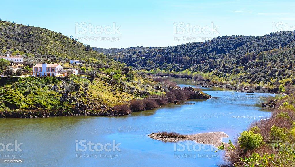 Vista do Guadiana em Mértola, em Portugal. Cores de Portugal foto royalty-free