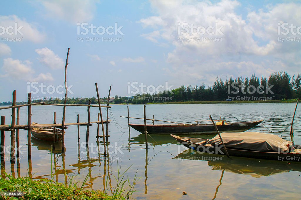 View over a river with old asian boats in Vietnam photo libre de droits