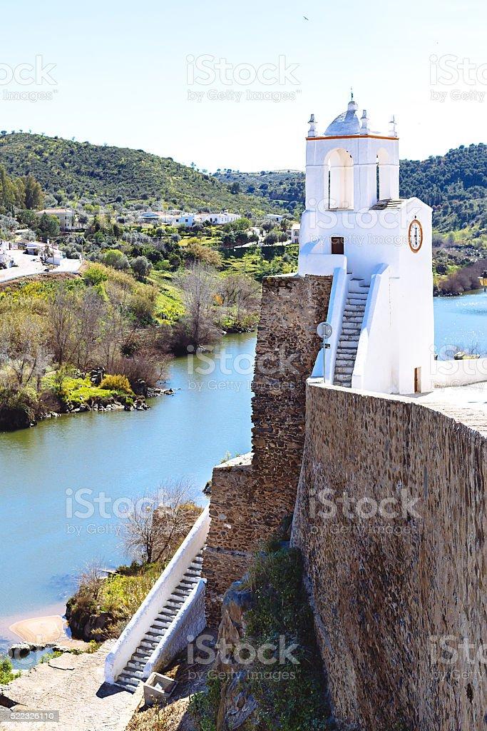 Vista para a Torre medieval Torre fazer Relógio no Mértola, foto royalty-free
