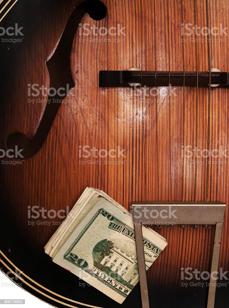 Vintage Acoustic Guitar And Money foto royalty-free