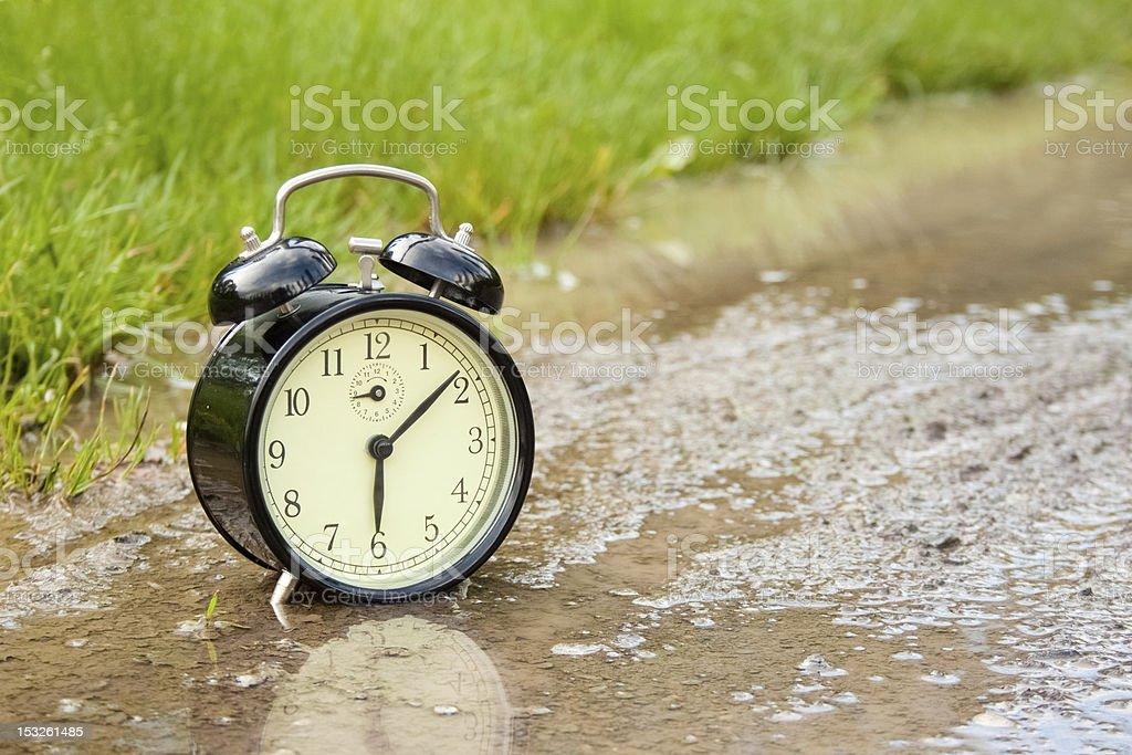 빈티지 알람 시계 만들진 웅덩이 머드 royalty-free 스톡 사진