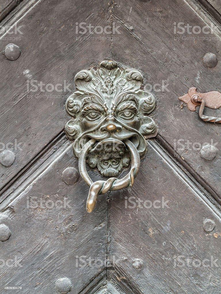 Vintage-Türklinke auf alten Tür Hintergrund Lizenzfreies stock-foto
