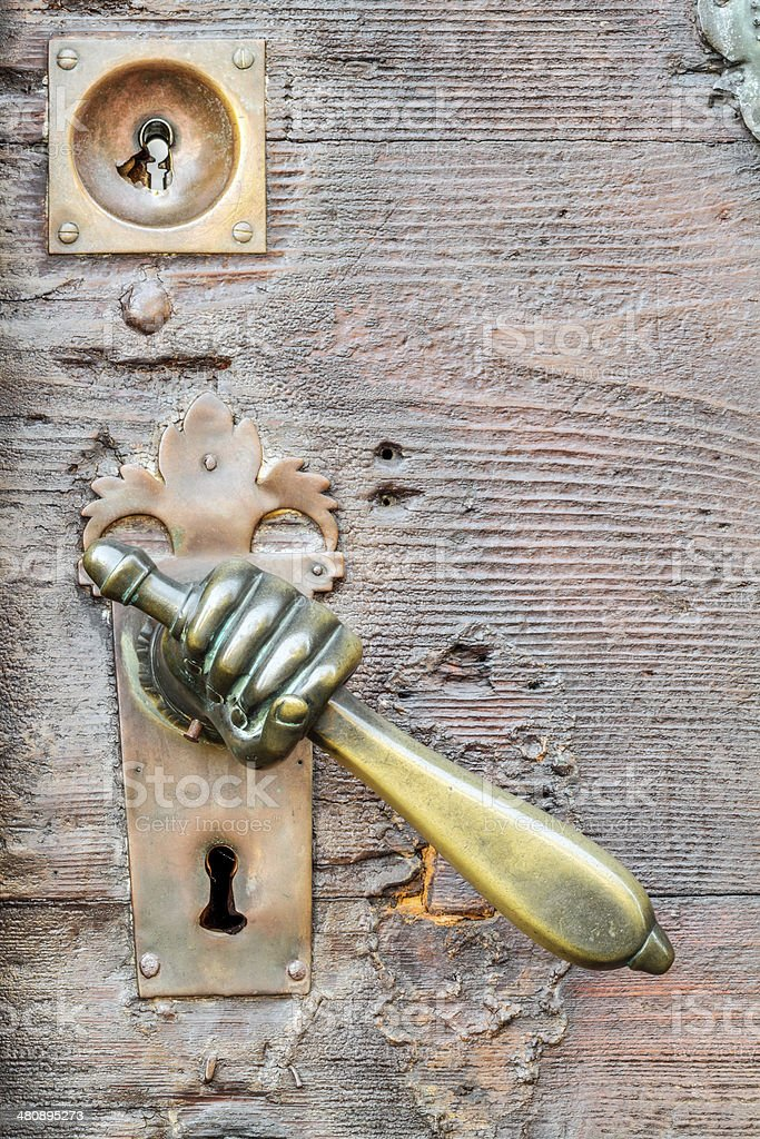Vintage hand geformte Türklinke auf alten Tür Hintergrund Lizenzfreies stock-foto